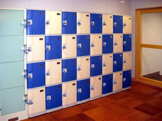 温浴施設の男子更衣室に設置されたプラスチックロッカーの一部