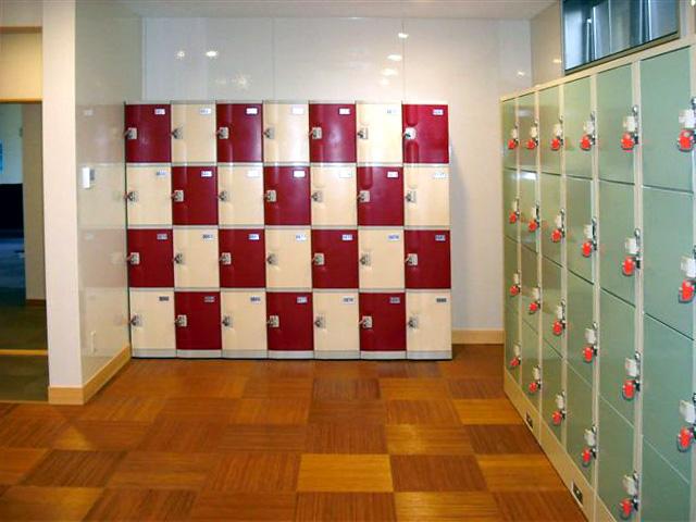 温浴施設の女子更衣室に設置されたプラスチックロッカーの一部