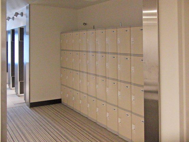 リゾートホテルのプールシャワー室のプラスチックロッカー