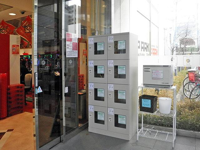 パチンコ店に納入された窓付ダイヤル錠のスチールロッカー
