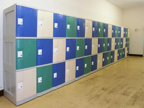 大学のプールの男子更衣室のプラスチックロッカー