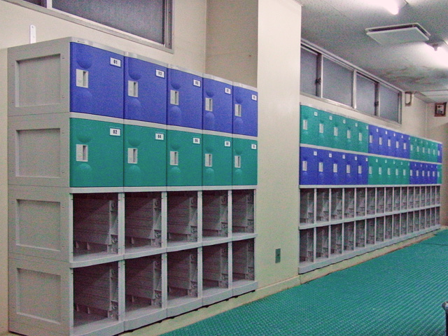 スイミングスクール男子更衣室のプラスチックロッカー