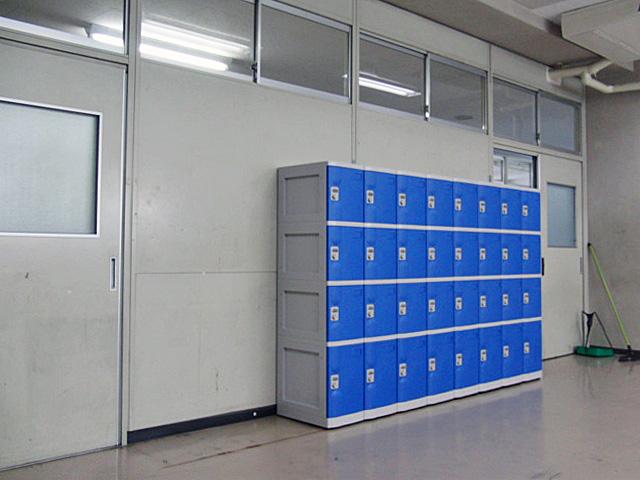 中学校に納入されたプラスチックロッカー