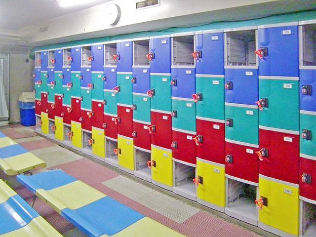 横浜のスイミングクラブに納入されたプラスチックロッカー