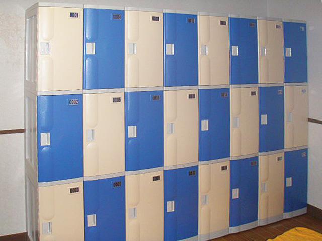 伊豆高原のホテルの男子更衣室に納入されたプラスチックロッカー