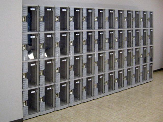 銀行に納入されたプラスチックロッカー