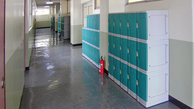 学校に納入されたプラスチックロッカー
