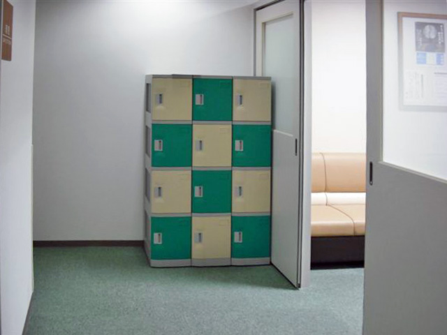 病院に納入されたプラスチックロッカー