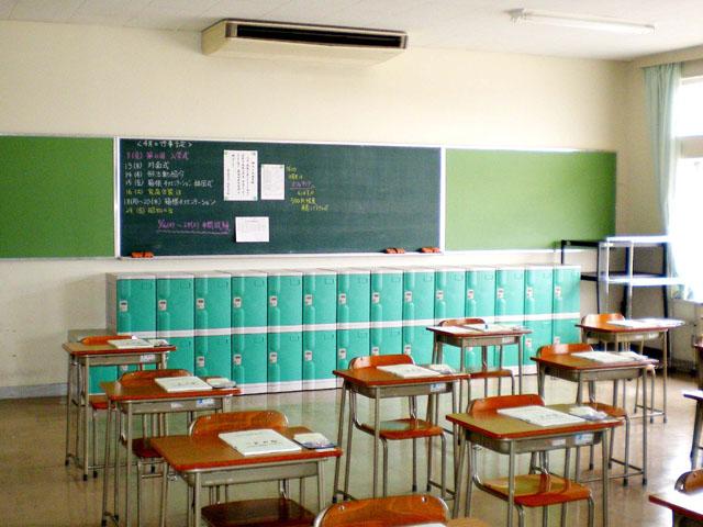 高校に納入されたプラスチックロッカー
