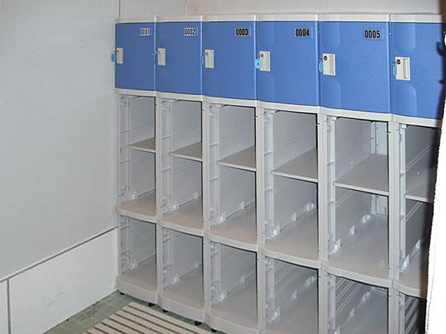 フィットネスの男子更衣室に納入されたプラスチックロッカー