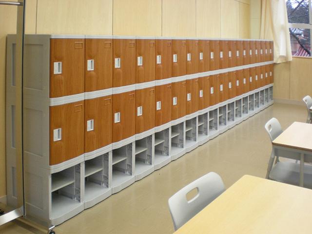中学校に設置されたプラスチックロッカー